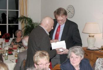 """Wolfgang Kliege überreichte sein Buch """"Schürfstelle – Natur, Traum, Leben, Kunst"""" mit einer Widmung dem SPD-Gemeindeverband zu Händen seines Vorsitzenden"""