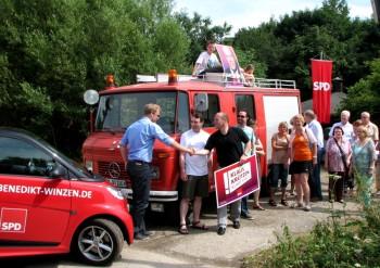Die SPD-Kandidaten im Rhein-Kreis Neuss Benedikt Winzen und Klaus Krützen bekräftigen mit Händeschütteln ihren Einsatz im Wahlkampf